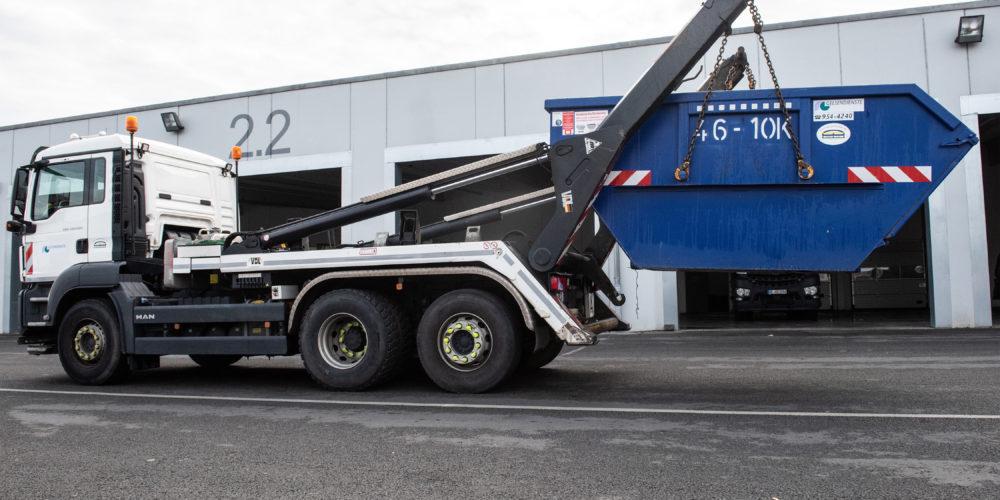 Ein Container wird von einem GELSENDIENSTE Fahrzeug abgesetzt.
