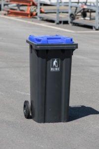 Blaue Tonne für Altpapier mit zwei Rädern und Klappdeckel.