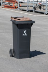 Braune Tonnen für Bioabfall mit zwei Rädern und Klappdeckel mit Filter.