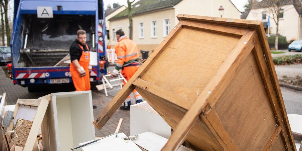 Mitarbeiter von GELSENDIENSTE laden Sperrmüll in ein Sammelfahrzeug.